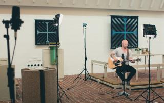 Michael spiller og synger