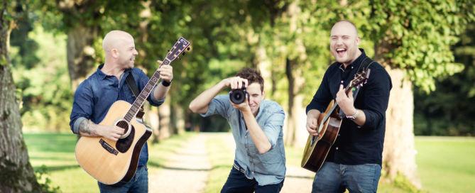 To musikere og en fotograf
